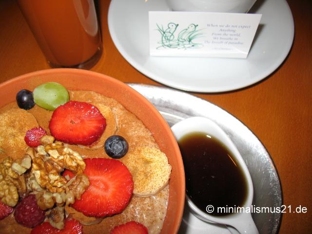 """Vedisches Frühstück: frisch gepresster Saft, """"Everest"""" Tulsi Tee sowie ayurvedisches Porridge"""