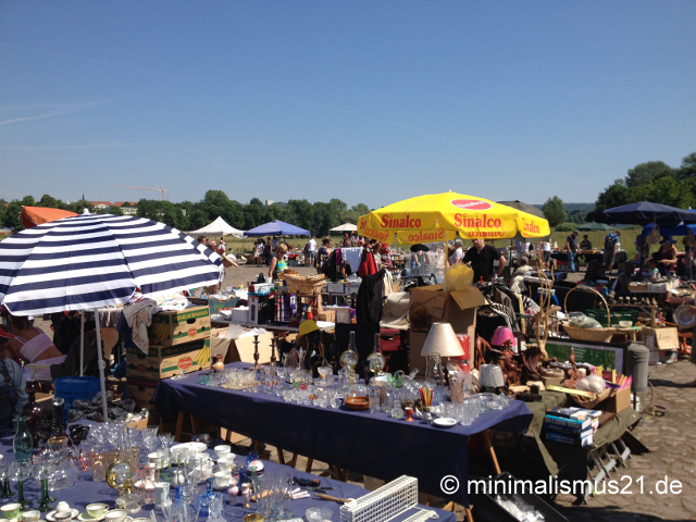 Weg mit dem Gerümpel: Flohmarktstand Dresdner an den Elbwiesen, entlang des Käthe-Kollwitz-Ufers