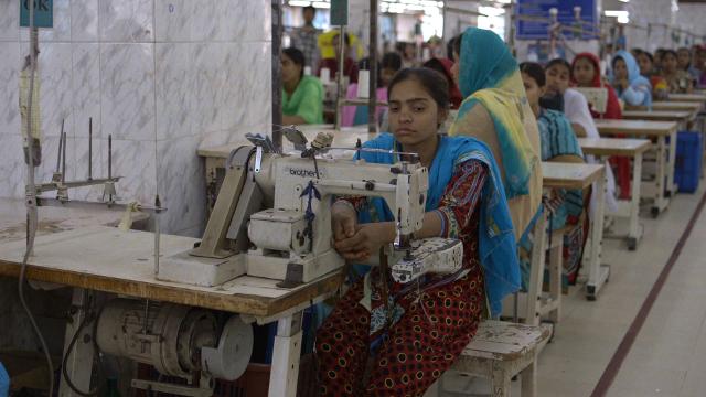 """Szene aus """"The True Cost"""": Eine Arbeiterin beim Nähen in der Textilfabrik"""